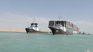سفينة شحن تعبر قناة السويس في مصر.