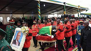 أفراد من قوات الدفاع الشعبية التنزانية ينقلون نعش الرئيس التنزاني الراحل جون ماجوفولي لدفنه بعد قداس الوداع في ملعب ماجوفولي في تشاتو- تنزانيا.