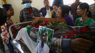 Birmanie : l'hommage à un charpentier tué en pleine rue