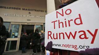 A íbróság előtt tiltakoznak civilek a harmadik Heathrow-i futópálya megépítése ellen 2016. január 18-án