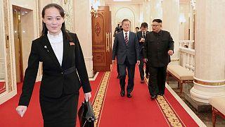 کیم یو جونگ، خواهر کیم جونگ اون، رهبر کره شمالی که جلوتر از او و مون جائه این، رئیس جمهوری کره جنوبی گام برمیدارد