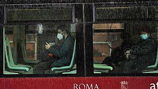 Menschen mit Maske im öffentlichen Nahverkehr in Rom, 15.03.2021