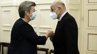 O υπουργός Εξωτερικών της Ελλάδας Νίκος Δένδιας ανταλλάσσει χειραψία με την επίτροπο Εσωτερικών Υποθέσεων, Ylva Johansson,