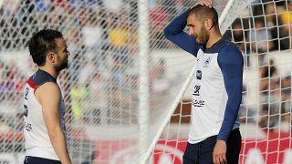 كريم بنزيمة على اليمين يقابله ماتيو فالبوينا خلال حصة تدريبية في البرازيل. 2014/06/10