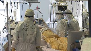 İtalya'nın başkenti Roma'daki San Filippo Neri Hastanesinin yoğum bakım servisinde Covid-19 hastasına müdahale eden doktorlar