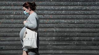 یک زن باردار در حال پیادهروی در پاریس