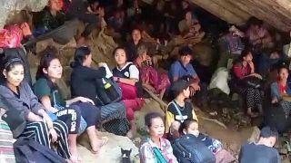 مجموعة من أهالي قرية كارين بميانمار يحتمون في كهف بعيد عن قوات الأمن