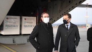 A Szputnyik V Szlovákiába küldött első szállítmányát fogadja Igor Matovic lemondott szlovák miniszterelnök és Marek Krajci volt egészségügyi miniszter március 1-én Kassán