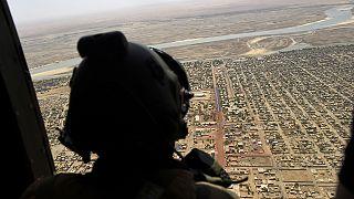 Barkhane operasyonu kapsamında Sahil bölgesinde görev yapan Fransız askeri, helikopterden bölgeyi denetlerken
