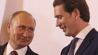Vlagyimir Putyin (b) és Sebastian Kurz (j) Bécsben 2018. június 5-én
