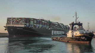 Az elakadt Ever Given teherhajó vontatása 2021 március végén (illusztráció)