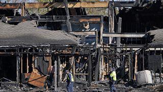 عمال الطوارئ بالقرب من مبنى تجاري دمره حريق في نيوجيرسي، يوم الاثنين 15 مارس 2021.