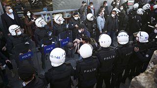 """ABD Dışişleri Bakanlığı yıllık """"insan hakları uygulamaları' raporunun Türkiye bölümünde çok sayıda hak ihlaline dikkat çekildi."""