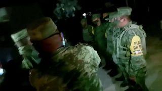Militares mexicanos retenidos en la frontera sur por la población local
