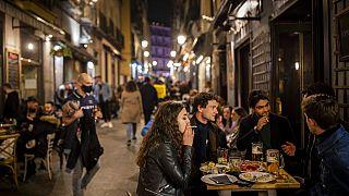 Junge Leute vor einem Restaurant in Spanien
