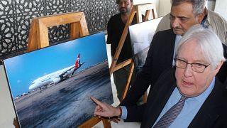 لمبعوث الأممي الخاص لليمن مارتن غريفيث (يمين) يزور مطار عدن في جنوب اليمن في 7  كانون الثاني / يناير 2021