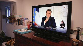 Le discours du président français, Emmanuel Macron, vu depuis le salon d'une maison à Ascain, dans le sud-ouest de la France, le 31 mars 2021
