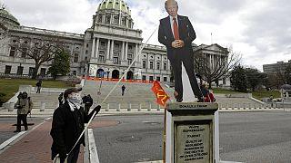 Διαδηλώτρια ρίχνει ομοίωμα του Ντόναλτ Τραμπ στην Πενσυλβάνια