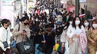 أناس يرتدون كمامات في شوارع طوكيو للوقاية من فيروس كورونا. 2021/03/31