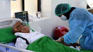 رجل يمني في جناح مستشفى يستضيف مرضى  كورونا  في مدينة تعز الثالثة في اليمن، 30 آذار / مارس 2021