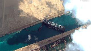 Imagen de satélite de Maxar Technologies muestra el buque de carga MV Ever Given atascado en el Canal de Suez, cerca de Suez, Egipto, el viernes 26 de marzo de 2021.