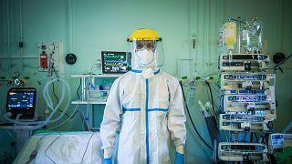 A Szent László Kórház egyik orvosa védőfelszerelésben 2020. április 22-én