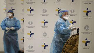 Personal médico de la Organización Nacional de la Salud (EODY) realiza pruebas rápidas de la COVID-19 en la estación de metro de Syntagma en Atenas, el miércoles 31 de marzo.