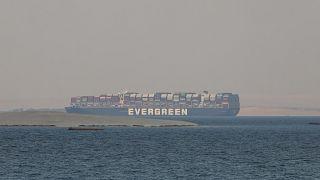 """علقت سفينة الشحن """"إيفر غيفن"""" ستة أيام في قناة السويس"""