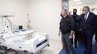 العاهل الأردني الملك عبد الله الثاني خلال افتتاح مستشفى الشيخ محمد بن زايد الميداني لمرضى كوفيد -19 في مدينة العقبة، الأردن، 24 يناير 2021