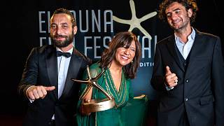 يحيى مهايني وكوثر بن هنية ونديم شيخروحه يحتفلون بجائزة أفضل فيلم روائي عربي بعد حفل اختتام الدورة الرابعة لمهرجان الجونة السينمائي في الجونة بمصر، 30 أكتوبر 2020