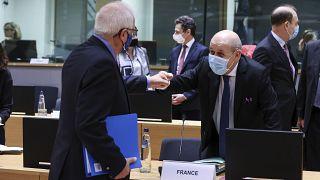 وزير الخارجية الفرنسي جان-إيف لودريان وكبير الدبلوماسيين الأوروبيين جوزيب بوريل (يسار)