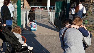 Parents et enfants devant une école à Strasbourg, dans l'est de la France, le 1er avril 2021