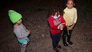 Des enfants qui ont traversé le Rio Grande, près de la ville de Roma, au Texas, le 27 mars 2021