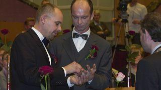 Gert Kasteel (à gauche) et Dolf Pasker (à droite) échangent leur alliance le jour de leur mariage le 31 mars 2021