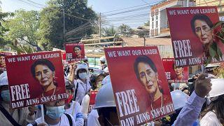 متظاهرون يحملون صورة أونغ سان سو تشي خلال مظاهرة مناهضة للانقلاب في ميانمار