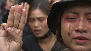 Μιανμάρ: Τα δάκρυα και το τραγούδι των διαδηλωτών