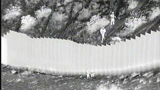 ویدئو؛ قاچاقچیان دو کودک را از بالای دیوار مرزی آمریکا و مکزیک رها میکنند