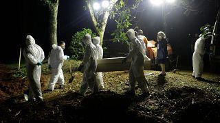 Ακόμη και κατα την διάρκεια της νύχτας γίνονται ταφές των νεκρών στην Βραζιλία - Τραγική η κατάσταση