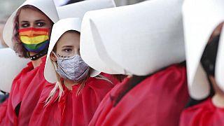 Demonstrantinnen bei einer Kundgebung gegen die Pläne der polnischen Regierung, aus der Istanbul-Konvention zur Bekämpfung häuslicher Gewalt auszutreten, in Wars