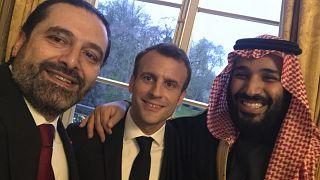 لرئيس الفرنسي إيمانويل ماكرون (إلى اليمين) وولي العهد السعودي الأمير محمد بن سلمان (إلى اليسار)  وسعد الحريري رئيس الوزراء اللبناني قصر الإليزيه في باريس في 09 أبريل 2018