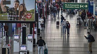 Viajeros caminan por el aeropuerto internacional Augusto Merino Benítez en Santiago, Chile.