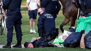 اشتباكات بين الشرطة ومقيمي الحفل