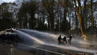 Vízágyúval oszlatták a bulizókat a belga rendőrök