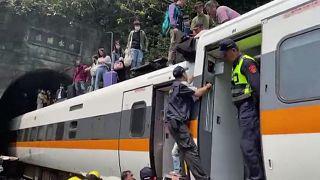 صورة مأخوذة من مقطع فيديو نشرته إدارة الإطفاء الوطنية للقطار الجانح شرق تايوان، 2 أبريل 2021