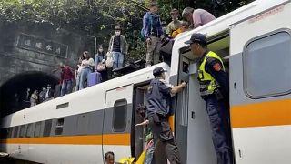 В крушении поезда погибли десятки человек