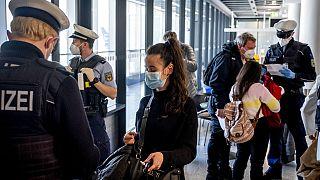 Kontrollen von Reisenden am Flughafen Frankfurt