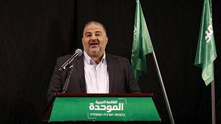 منصور عباس يتحدث خلال مؤتمر صحفي في مدينة الناصرة الشمالية،  1 نيسان / أبريل 2021
