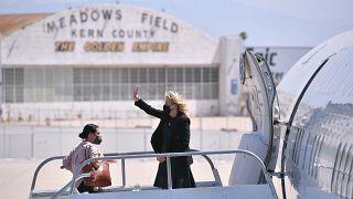 سيدة أميركا الأولى جيل بايدن تلوح وهي تستقل الطائرة قبل مغادرتها من مطار ميدوز فيلد في بيكرسفيلد، كاليفورنيا، 1 أبريل 2021