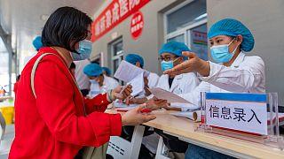 التسجيل لتلقي فيروس كوفيد -19 في مستشفى جينغتشنغ في مدينة رويلي بمقاطعة يوننان، جنوب غرب الصين. 1 أبريل 2021
