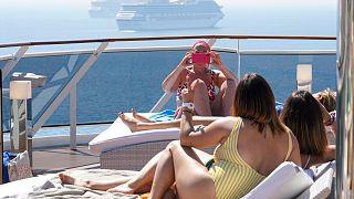 سيدات يتمتعن بالشمس على متن سفينة الرحلات GRANDIOSA